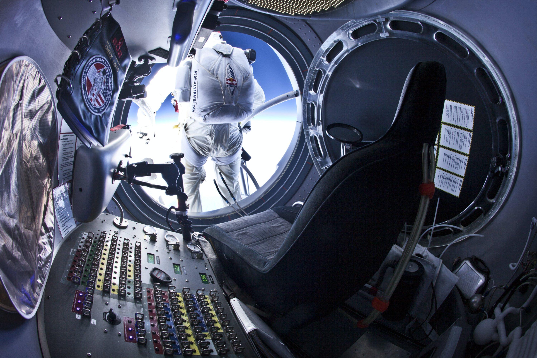Felix Baumgartner 25 Temmuz' da deneme atlayışı yaparken, özel kapsülden çıkmadan hemen önce