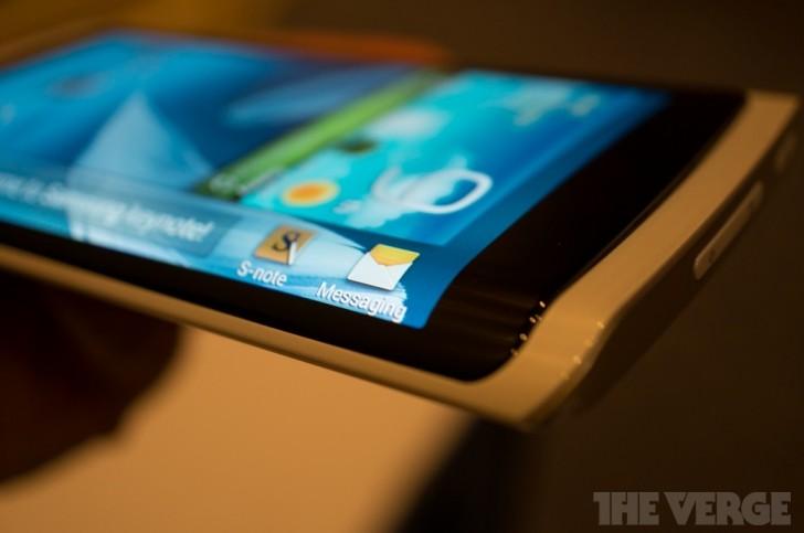 Samsung-OLED-Flexible-2-728x483