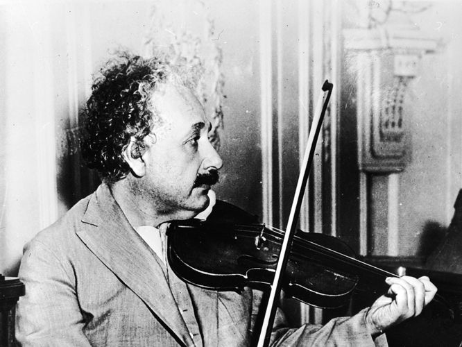 Resimde Einstein' ın Belgenland' deki müzik odasında keman çaldığını görüyorsunuz. İşte beynindeki sahip olduğu yumru tarzı yapıların, sağ kolun hareketini yönettiği biliniyor. Bugünkü beyin taramaları müzisyenlerde de benzer beyin yapıları olduğu biliniyor.