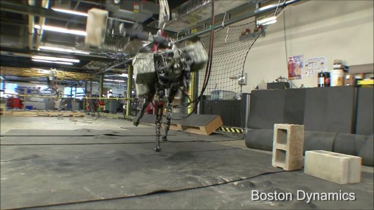 robot köpek  tuğla fırlatabiliyor